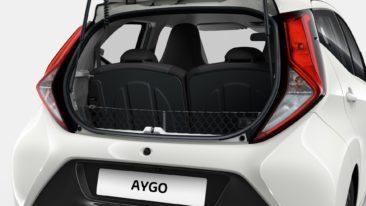 flückiger Autohaus - AYGO - Das senkrechte Gepäcknetz fixiert kleine Gegenstände sicher im Kofferraum.